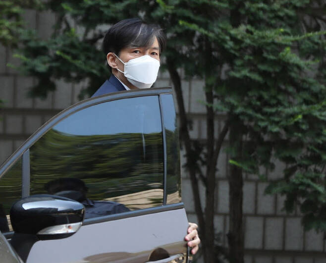 조국 전 법무부 장관이 지난 23일 서울중앙지법 공판에 출석하기 위해 서울법원종합청사에 들어서고 있다. (사진=뉴시스)
