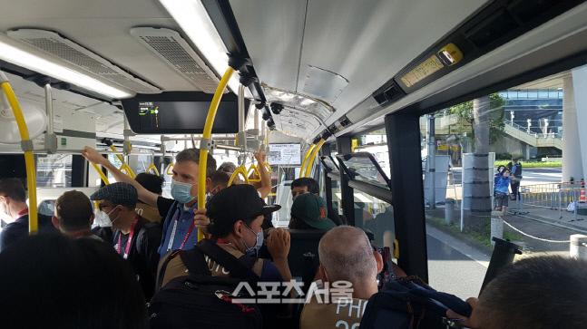 2020 도쿄올림픽 개막식이 열린 지난 23일 일본 도쿄 메인프레스센터(MPC)로 향하는 미디어 셔틀버스에 수많은 취재진이 몰려 있다. 도쿄 | 김용일기자