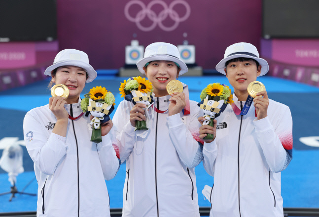 25일 일본 유메노시마 공원 양궁장에서 열린 도쿄올림픽 여자 양궁 단체전에서 금메달을 획득한 여자 양궁 국가대표 강채영(왼쪽부터), 장민희, 안산이 기념촬영을 하고 있다. 도쿄 | 연합뉴스