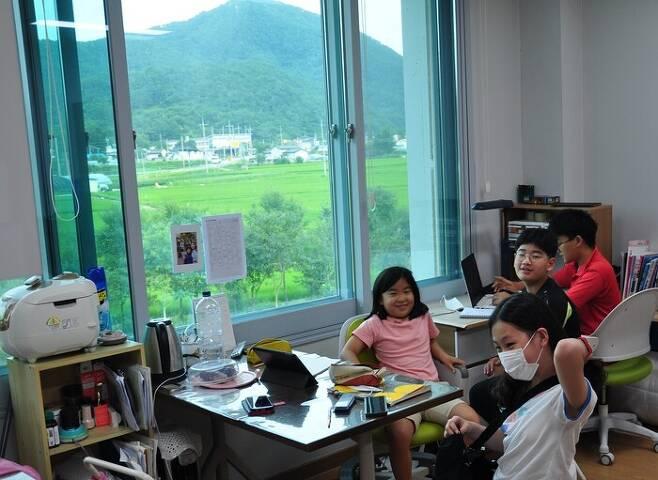 오산초등학교 유학생 5명이 함께 쓰는 오지봉커뮤니티센터 공부방. 안관옥 기자