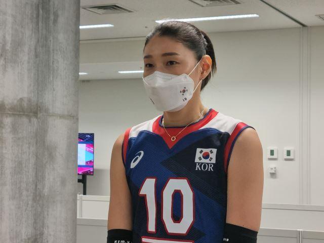 지난 25일 한국과의 도쿄올림픽 A조 1차전 경기가 끝난 뒤 믹스트존에서 기자들과 만난 김연경.