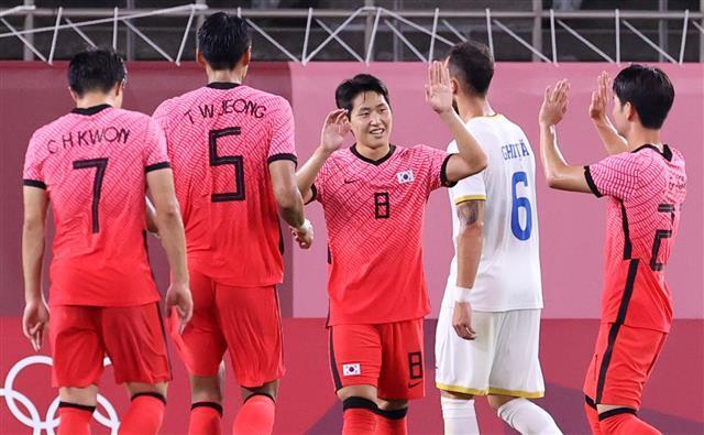 올림픽 축구대표팀 미드필더 이강인(가운데 8번)이 25일 일본 이바라키현 이바라키 가시마 스타디움에서 열린 루마니아와의 도쿄올림픽 조별리그 B조 2차전에서 페널티킥으로 팀의 세 번째 골이자 자신의 올림픽 첫 골을 신고한 뒤 동료의 축하를 받고 있다.가시마 뉴스1
