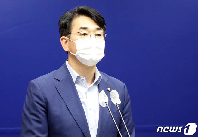 박용진 더불어민주당 의원이 26일 세종시청 브리핑실에서 세종시와 관련한 대통령 공약을 설명하고 있다. 2021.7.26/뉴스1 © News1 장수영 기자
