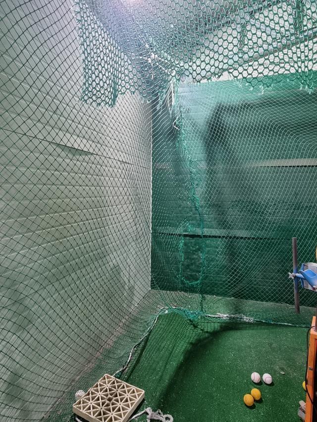 구미 A초등학교 실내 연습장. 그물이 찢어진 채 방치되어 있다. 박상은 기자