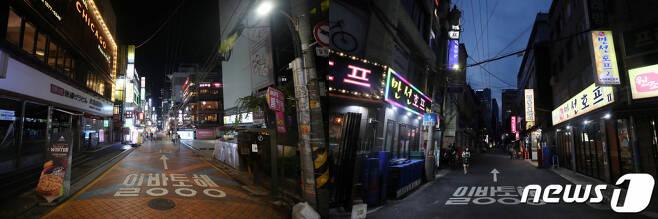 수도권 거리두기가 4단계로 격상된 지난 12일 저녁 서울 강남구 강남역 일대 거리(왼쪽)와 중구 을지로 노가리 골목(오른쪽)이 한산한 모습을 보이고 있다 /사진=뉴스1