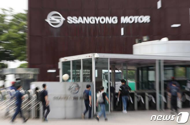 경기도 평택시 쌍용자동차 평택공장에 직원들이 출근을 하고 있다.  /뉴스1 © News1 김영운 기자