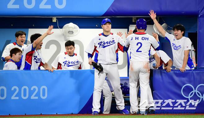 3안타 3타점을 올린 오지환을 환영하는 대표팀 동료들. 요코하마=최문영 기자 deer@sportschosun.com /2021.07.29/