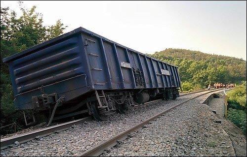 폭염에 선로가 휘어진 탓에 화물열차 바퀴가 선로를 벗어났다. [연합뉴스]