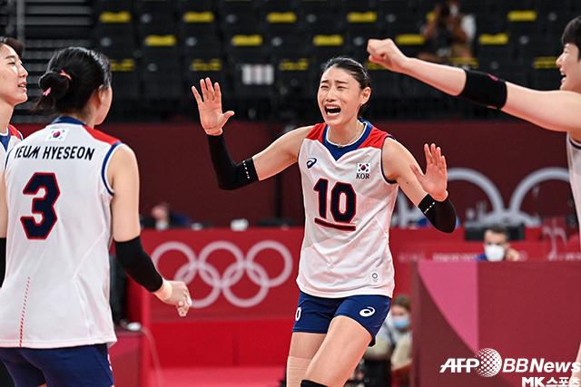 김연경(10번)이 도미니카공화국과 도쿄올림픽 여자배구 A조 3차전 득점 후 기뻐하고 있다. 사진(일본 아리아케)=AFPBBNews=News1