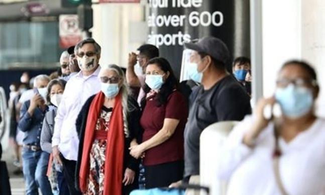 미국 로스엔젤레스(LA)의 LA국제공항에 마스크를 쓴 여행객들이 서 있다. 신화=연합뉴스