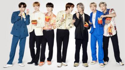 방탄소년단(BTS)이 맥도날드와 콜래보레이션한 'The BTS 세트'를 들고 있다 (사진=한국맥도날드)