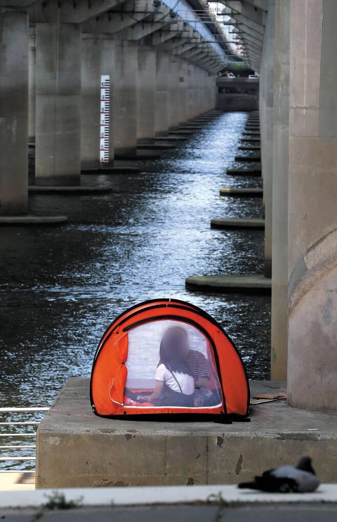 마포대교 밑 텐트 피서 - 30일 서울 마포대교 아래 한 텐트 안에서 시민들이 더위를 피하고 있다. 이날 서울은 낮 최고기온이 35.4도였고, 밤 최저기온이 25도 이상인 열대야가 열흘 연속 이어졌다. /연합뉴스
