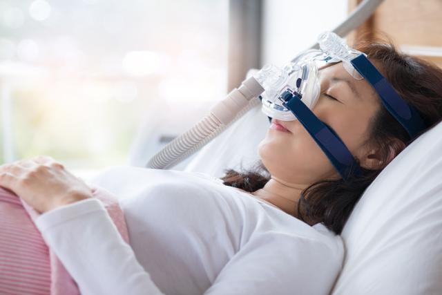 수면 도중 호흡을 멈추는 수면무호흡증은 제대로 치료하지 않으면 뇌경색과 심근경색 등에 노출될 위험이 커진다. 게티이미지뱅크
