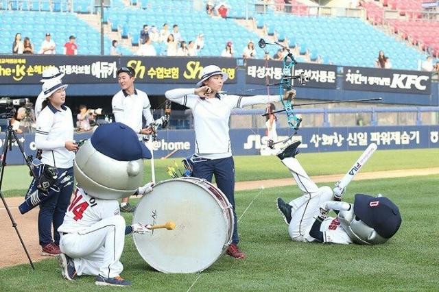 양궁 선수들이 소음에 대비하고 집중력을 기르기 위해 야구장에서 훈련하고 있다. 트위터 캡처
