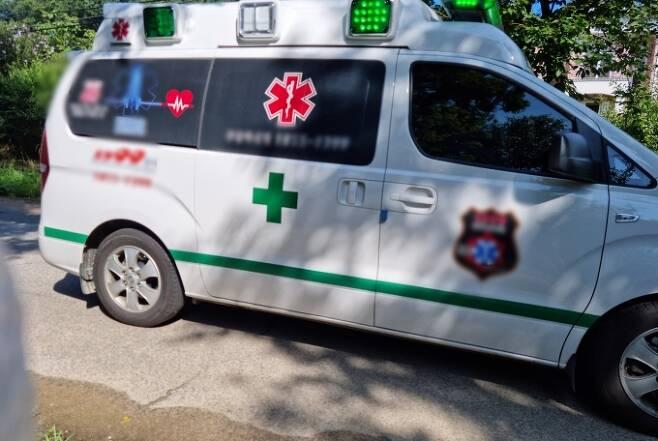 코로나19에 감염된 기자를 이송하기 위해 집 앞에 구급차가 왔다. / 사진=한전진 기자