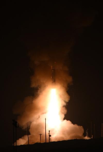 미국 공군이 2017년 8월 2일(현지시간) 대륙간탄도미사일(ICBM)인 '미니트맨 3' 시험발사에 성공했다. 이날 '미니트맨 3'은 캘리포니아 반덴버그 기지에서 발사돼 6800Km 떨어진 태평양상 콰절린 환초의 목표를 정확히 명중했다고 AP, AFP 통신 등은 전했다. 사진은 지난 5월 시험발사 모습. (미 공군 국제타격사령부) 2017.8.2/뉴스1