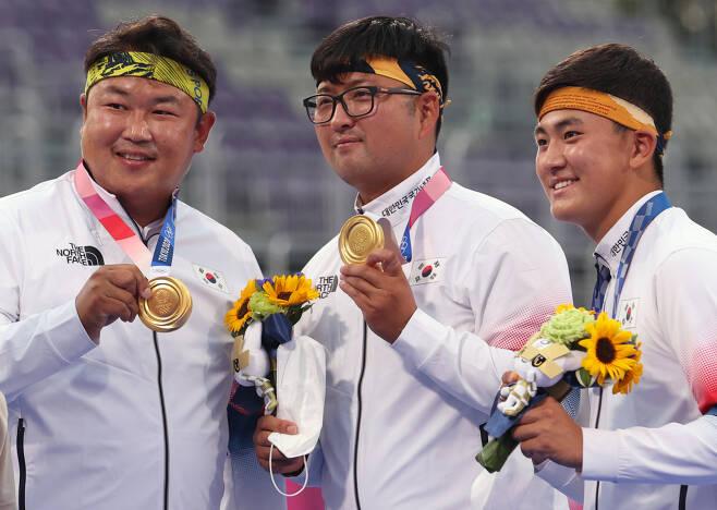 도쿄올림픽 남자 양궁 단체전에서 금메달을 차지한 김제덕(오른쪽부터), 김우진, 오진혁 선수 [연합]