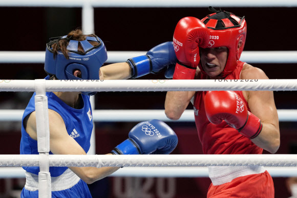 한국 복싱 대표팀의 오연지가 30일 일본 코쿠기칸(國技館)에서 열린 도쿄올림픽 복싱 여자 라이트급 16강전에서 핀란드의 미라 포트코넨을 향해 주목을 날리고 있다. AP 연합뉴스