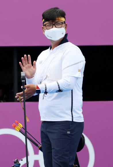 양궁 국가대표 김우진이 31일 일본 유메노시마 공원 양궁장에서 열린 도쿄올림픽 남자 양궁 개인전 16강전에서 카이룰 모하마드(말레이시아)에 승리한 후 박수를 치고 있다. 2021.7.31 연합뉴스
