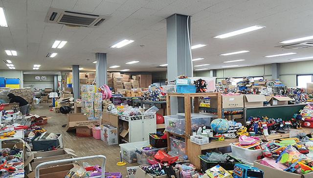 트루의 장난감 공장 내부에요. 기부받은 장난감들이 진열돼 있어요. 맨 뒤에는 박스 채로 쌓여있는 장난감도 보여요.