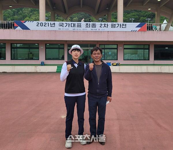 김성은 광주여대 감독과 안산.제공 | 광주시양궁협회