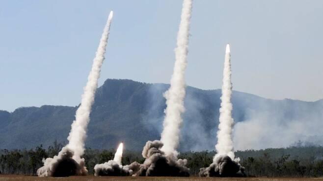 2021년7월 호주 퀸즈랜드에서 실시된 탤리스먼 세이버 2021 훈련에 참가한 미군 HIMARS(고기동 다연장로켓) 부대가 로켓 연속사격을 하고 있다. / 미 국방부 영상 캡처
