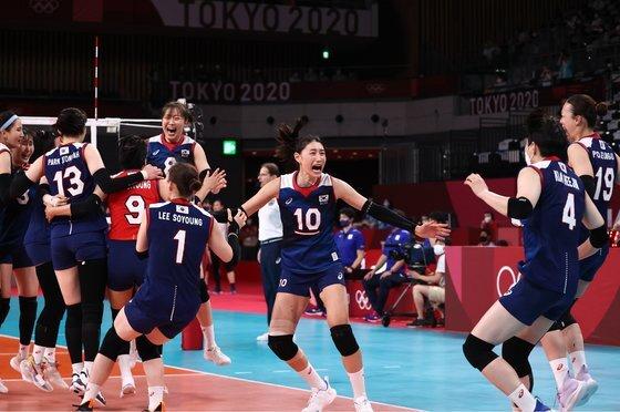 31일 일본 아리아케 아레나에서 열린 도쿄올림픽 여자 배구 A조 조별리그 한국과 일본의 경기에서 김연경이 승리 후 기뻐하고 있다. 연합뉴스
