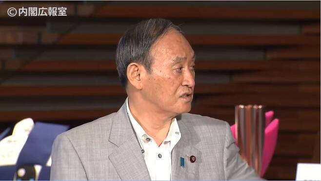 스가 요시히데 일본 총리가 7월 21일 도쿄 총리관저에서 열린 기자회견에서 불편한 질문이 계속되자 역정을 낸 뒤 내각 홍보관을 질타하고 있다. 〈출처=일본 총리관저 홈페이지〉