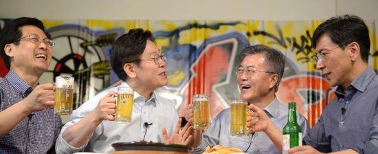 문재인 대통령(오른쪽 둘째)이 2017년 4월 8일 서울 마포의 호프집에서 당시 민주당 대선경선에 함께 출마했던 안희정 전 충남지사(오른쪽부터), 이재명 경기지사, 최성 전 고양시장과 맥주를 함께 마시는 모습. 뉴시스