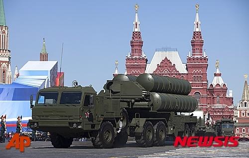 【모스크바=AP/뉴시스】러시아의 최신예 지대공 미사일 시스템 'S-400' 시리아 배치로 미국 당국자가 우려를 표명한 가운데 러시아판  미사일 방어체계(MD)가 주목받고 있다. 25일(현지시간) 일부 외신은 익명의 미국 관리를 인용 러시아의 S-400는 누군가에는 상당한 위협이 되는 무기체계로 미국 주도 연합군의 시리아 공중 작전에 중요한 문제를 일으킬 것이라고 전했다. 지난 2013년 5월7일 모스크바 붉은 광장에서 열린 2차대전 승전 퍼레이드에서 선보인 S-400 방공 미사일. 2015.11.26