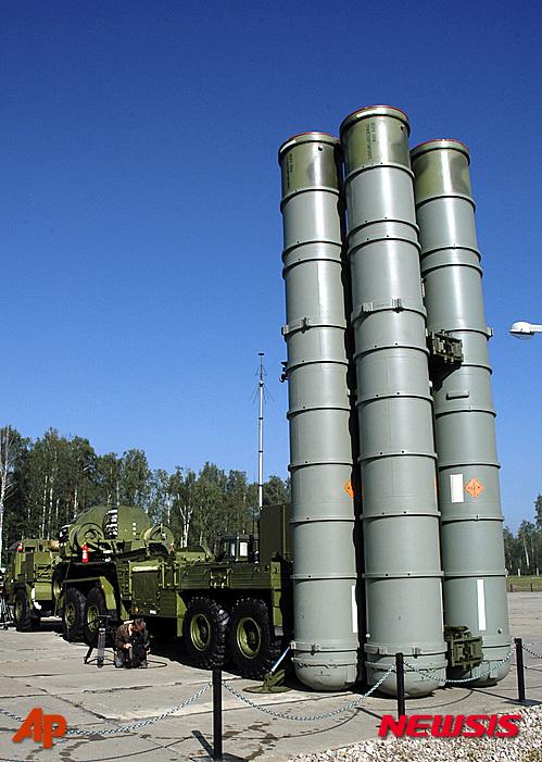 【엘렉트로스탈(러시아)=AP/뉴시스】러시아의 최신예 지대공 미사일 시스템 'S-400' 시리아 배치로 미국 당국자가 우려를 표명한 가운데 러시아판  미사일 방어체계(MD)가 주목받고 있다. 25일(현지시간) 일부 외신은 익명의 미국 관리를 인용 러시아의 S-400는 누군가에는 상당한 위협이 되는 무기체계로 미국 주도 연합군의 시리아 공중 작전에 중요한 문제를 일으킬 것이라고 전했다. 지난 2007년 8월6일 러시아 엘렉트로스탈에 배치된 S-400 방공 미사일의 모습. 2015.11.26