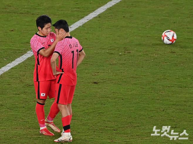 31일 일본 요코하마 국제경기장에서 열린 도쿄올림픽 남자축구 8강전 대한민국과 멕시코의 경기에서 이강인이 이동준을 위로하고 있다. 요코하마(일본)=이한형 기자