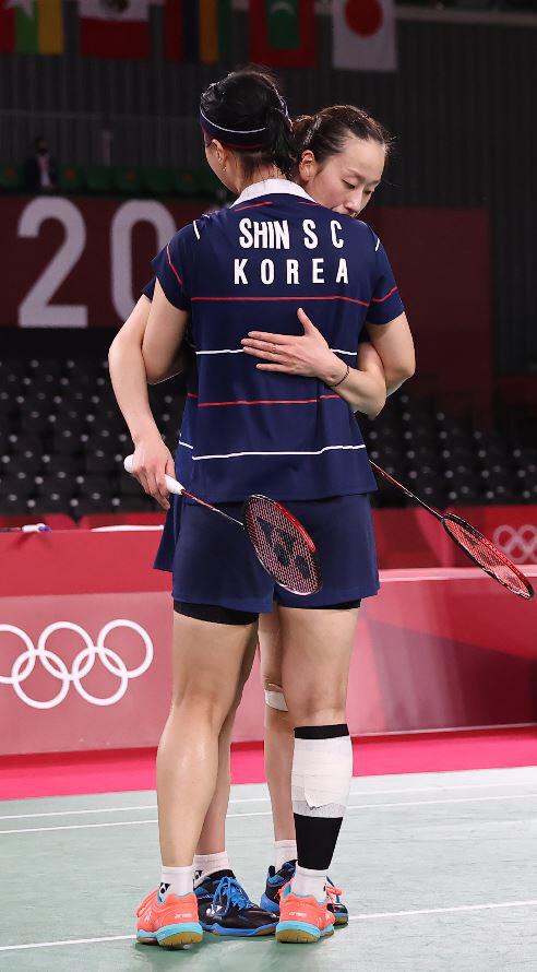 이소희와 신승찬이 지난 7월31일 도쿄올림픽 4강전에서 진 뒤 서로 안고 격려하고 있다. 연합뉴스