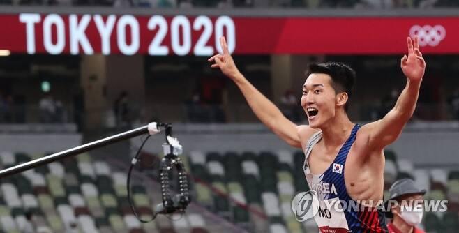 [올림픽] 우상혁 한국신기록 (도쿄=연합뉴스) 한상균 기자 = 도쿄올림픽 남자 높이뛰기 우상혁이 1일 도쿄 올림픽스타디움에서 열린 결선에서 한국신기록 2.35미터를 성공한 후 환호고 있다. 2021.8.1 xyz@yna.co.kr