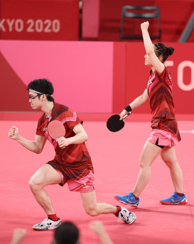 탁구 혼합복식에서 금메달을 획득한 일본의 미즈타니 준(왼쪽)-이토 미마. 도쿄 신화 연합뉴스