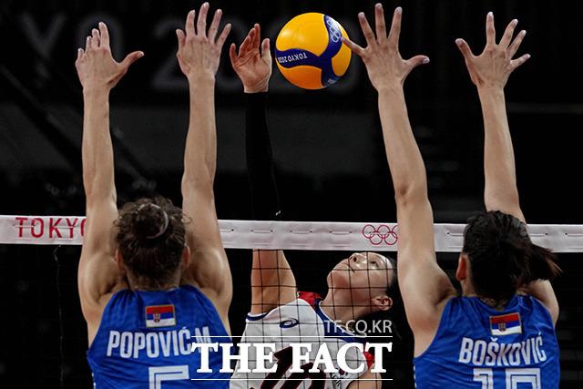 김연경의 공격을 세르비아 선수들이 블로킹하고 있다. /도쿄=AP.뉴시스