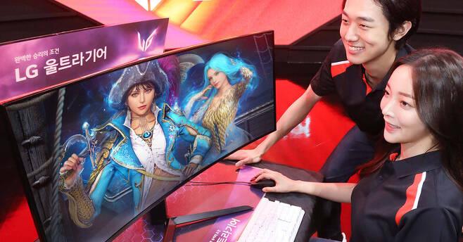 엘지(LG)전자의 게이밍 모니터 신제품 '엘지 울트라기어 34형'(모델명 34GP950G)으로 게임을 즐기는 모델들. 엘지전자 제공