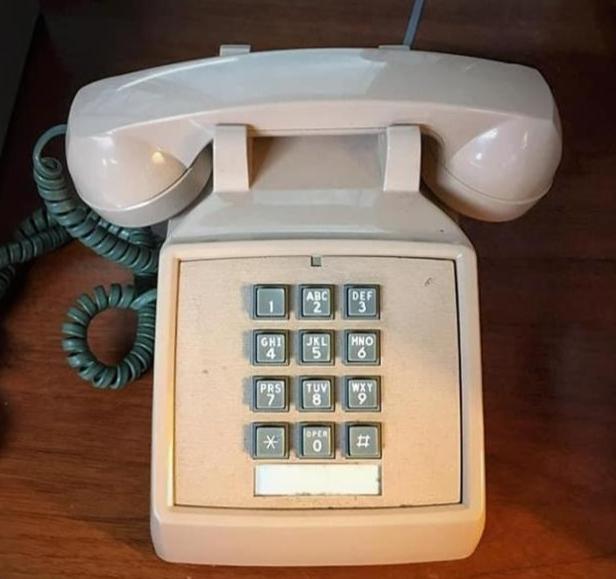 유엔군사령부는 2020년 한 해 동안 판문점에 설치된 '핑크색 직통전화'를 통해 북한에 총 86건의 통지문을 전달했다고 올 1월 1일 밝혔다. 사진은 유엔사가 페이스북에 올린 직통전화 사진. 유엔사 페이스북 계정