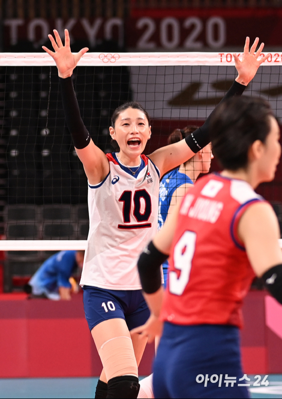 한국 김연경이 2일 일본 도쿄 아리아케 아레나에서 열린 '2020 도쿄올림픽' 여자배구 예선 A조 세르비아와 대한민국의 경기에서 득점을 한 후 기뻐하고 있다.