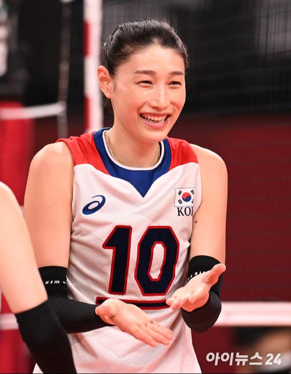 한국 김연경이 2일 일본 도쿄 아리아케 아레나에서 열린 '2020 도쿄올림픽' 여자배구 예선 A조 세르비아와 대한민국의 경기에서 미소를 짓고 있다.