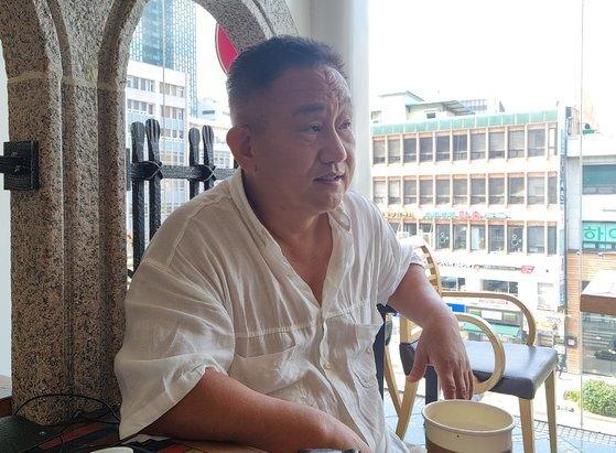 '쥴리 벽화'를 그린 여정원(58)씨가 30일 서울 종로구 한 카페에서 중앙일보와 인터뷰하고 있다. 김지혜 기자