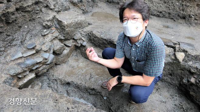 오경택 수도문물연구원 원장이 지난달 20일 항아리 발견 지점에서 발굴한 유물의 의미를 설명하고 있다. 김종목 기자