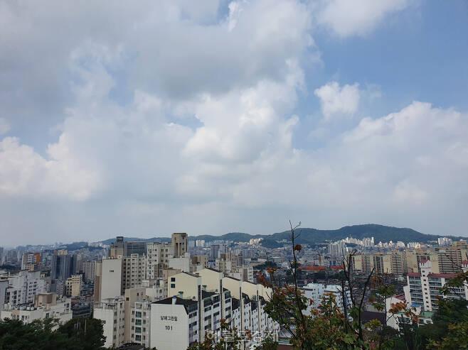 북한산에서 바라본 서울 강북 지역 주택가 모습.[이민경 기자]
