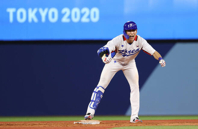 1일 일본 요코하마 스타디움에서 열린 도쿄올림픽 야구 도미니카공화국의 녹아웃 스테이지 경기에서 2-3으로 뒤진 9회말 1사 2루에 이정후가 동점 1타점 적시타를 때린 뒤 환호하고 있다. 연합뉴스