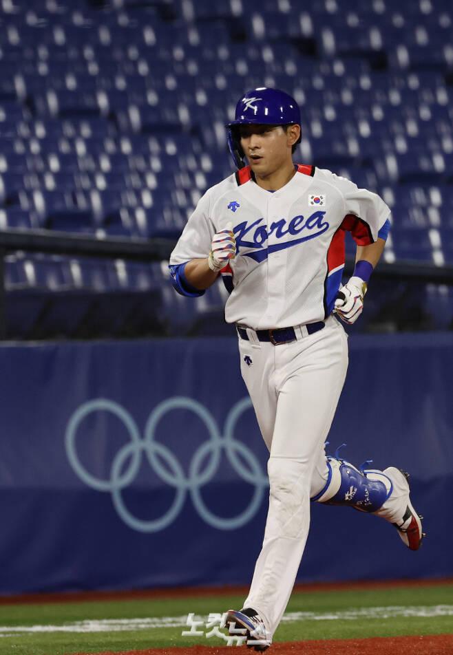 이정후가 29일 오후 일본 요코하마 스타디움에서 이스라엘을 상대로 열리는 도쿄올림픽 B조 조별리그 1차전 7회말에 솔로 홈런을 치고 홈으로 들어 오고 있다. 올림픽사진공동취재단