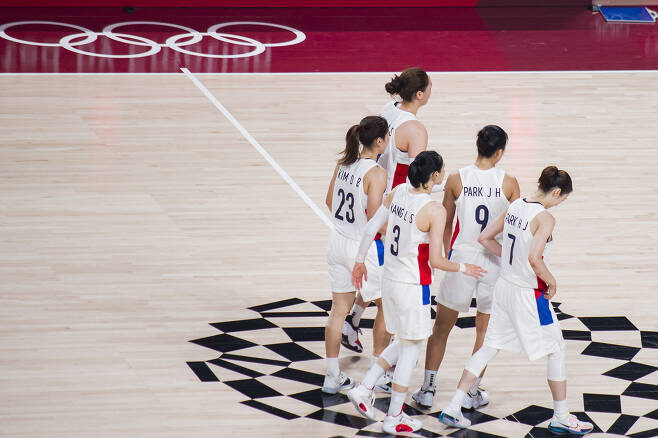 여자농구 대표팀 선수들이 1일 일본 사이타마 슈퍼아레나에서 열린 세르비아와의 조별리그 3차전 경기를 마친 후 동료들을 향해 돌아서는 모습. 사이타마 류재민 기자 phoem@seoul.co.kr