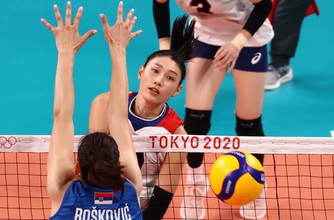 김연경이 2일 일본 도쿄 아리아케 아레나에서 열린 2020 도쿄올림픽 여자 배구 A조 조별리그 세르비아와 경기에서 공격을 하고 있다.                 도쿄 | 연합뉴스