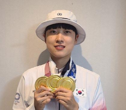 양궁 국가대표 안산이 지난 30일 도쿄올림픽에서 딴 금메달 3개를 목에 걸고 있다. (사진=대한양궁협회 제공)