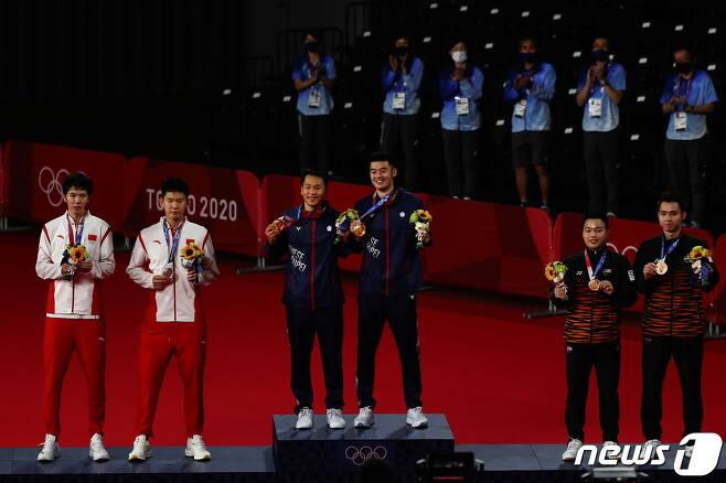 대만 배드민턴 선수들이 남자 복식에서 금메달을 땄다. 중국은 2위에 머물렀다. 하얀색 트레이닝복이 중국 선수들이다. © 로이터=뉴스1 © News1 박형기 기자
