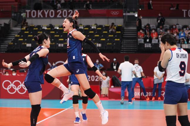 4일 일본 아리아케 아레나에서 열린 도쿄올림픽 여자 배구 8강 한국과 터키의 경기. 한국 김연경과 선수들이 3세트를 따낸 후 환호하고 있다. 도쿄 | 연합뉴스